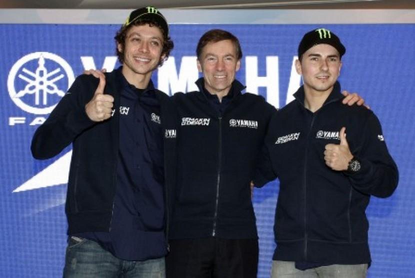 Dua pembalap MotoGP dari Yamaha Factory Racing Jorge Lorenzo (kanan) dan Valentino Rossi (kiri) bersama Managing Director Yamaha Motor Racing Lin Jarvis (tengah) berfoto bersama pada acara peluncuran logo baru Yamaha Indonesia
