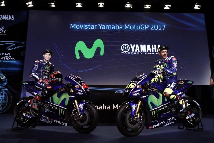 Dua pembalap Yamaha Movistar, Maverick Vinales (kiri) dan Valentino Rossi.