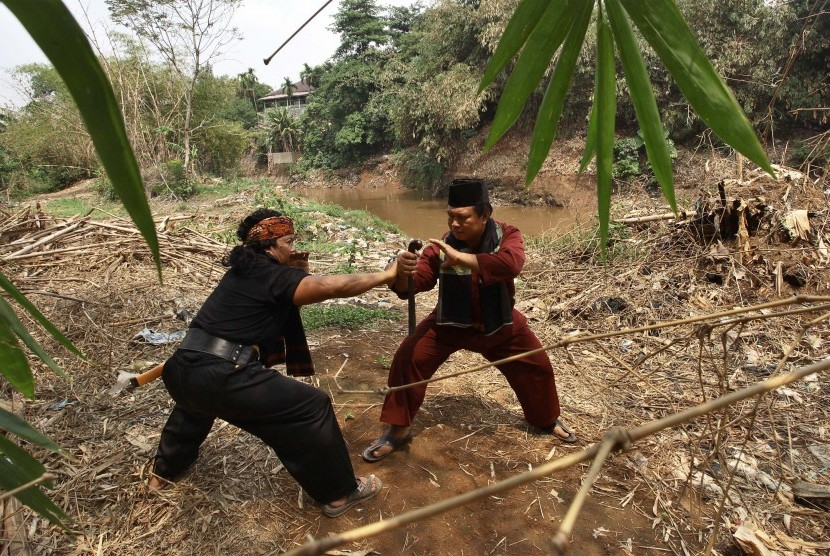 Dua pendekar betawi beraksi pada perayaan Hari Ciliwung di bantaran sungai Ciliwung, Jakarta, Rabu (11/11).