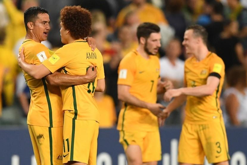 Dua penggawa timnas Australia, Tim Cahill (kiri) dan Mustafa Amini merayakan kemenangan atas Uni Emirat Arab pada laga kualifikasi Piala Dunia 2018, di stadion Sydney, Selasa (28/9). Australia menang 2-0.