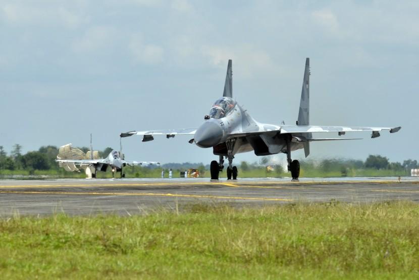 Dua pesawat jet tempur Sukhoi milik TNI Angkatan Udara (AU) mendarat di runway pangkalan udara Lanud Sultan Hasanuddin, Makassar, Sulawesi Selatan, Senin (28/3).
