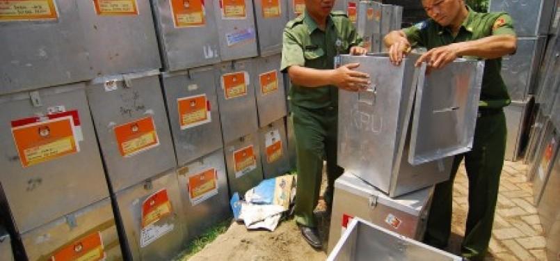 Dua petugas KPUD Tangsel memperbaiki sejumlah kotak suara yang rusak di Kantor KPUD Tangsel, Ciputat, Tangerang Selatan.