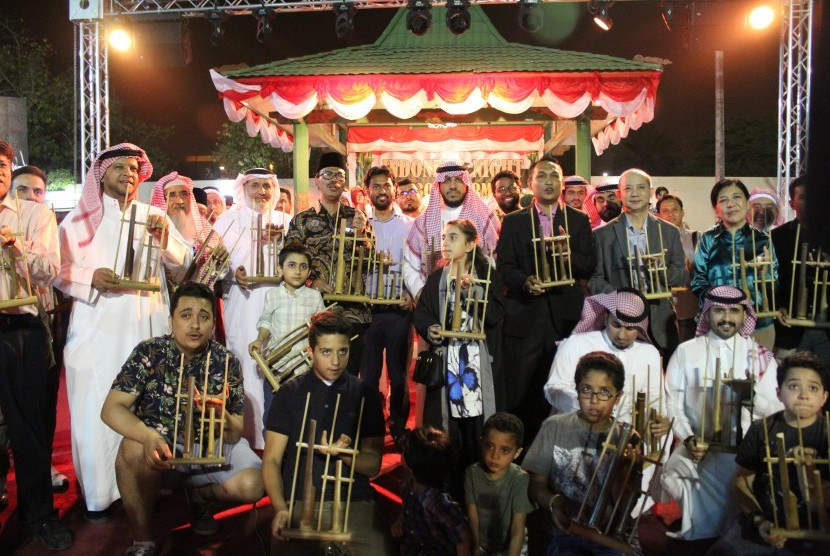 Dubes Agus Maftuh Abegabriel memainkan angklung bersama para diplomat asing dan warga Riyadh, Kamis (3/5).