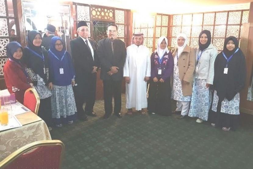 Dubes RI untuk Qatar M Basri S berpose bersama delegasi Pesantren Darunnajah