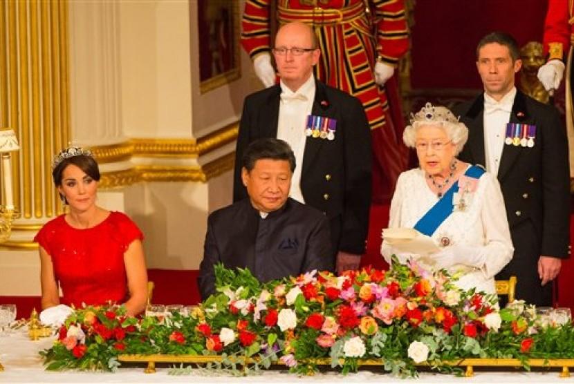 Duchess Cambridge Kate Middleton dan Presiden Cina Xi Jinping mendengarkan sambutan Ratu Elizabeth II dalam jamuan makan kenegaraan di Ballroom, Buckingham Palace, London di hari pertama kunjungan Xi ke Inggris, Selasa, 20 Oktober 2015.