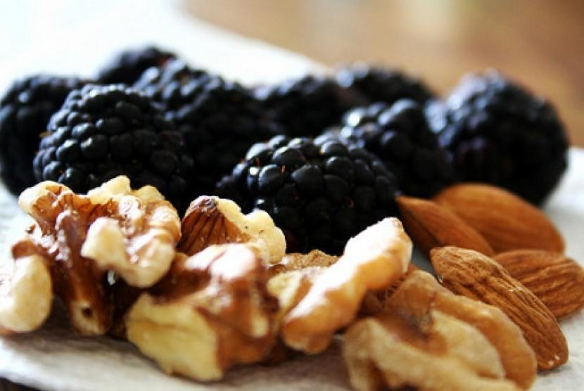 Duo santapan sehat, buah berri dan kacang  (ilustrasi)
