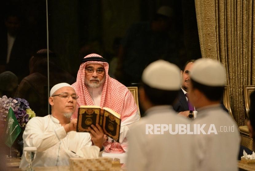 Duta Besar Arab Saudi untuk Indonesia Osama bin Mohammed Abdullah Al Shuaibi mengetes hafalan santri saat pertemuan di Kediaman Kedutaan Arab Saudi, Jakarta, Senin (8/5) malam.