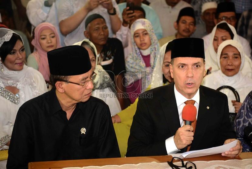 Duta besar Paraguay untuk ASEAN, Cecar Estebon Grillon (kanan) membaca dua kalimat syahadat didampingi Menteri Agama RI, Suryadharma Ali di Masjid Istiqlal, Jakarta, Jumat (27/9).   (Republika/Agung Supriyanto)