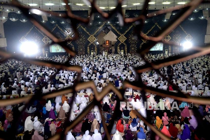 Dzikir Nasional. Jamaah mengikuti acara puncak Dzikir Nasional 2015 yang dipimpin oleh Ust Arifin Ilham di Masjid At-Tin, Jakarta, Kamis (31/1).