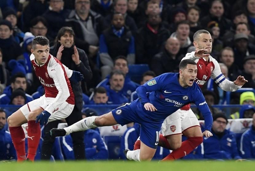 Eden Hazard (tengah) saat melawan Chelsea.