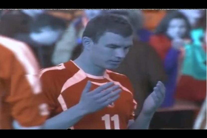 Edin Dzeko, berdoa sesaat di lapangan menjelang pertandingan