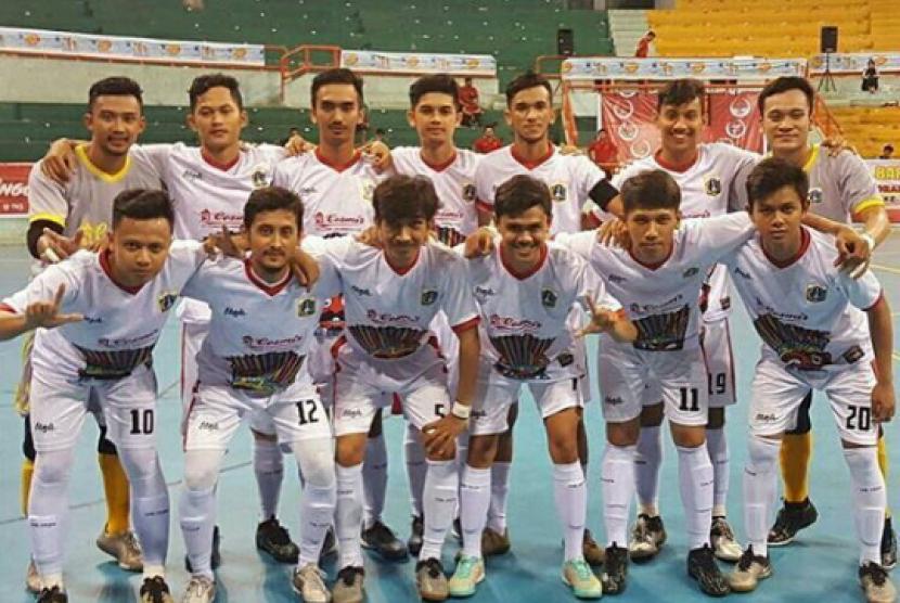 Eko Puji Saputro, pemain BSI FC (baris atas, kedua dari kiri), memperkuat tim inti futsal DKI Jakarta.