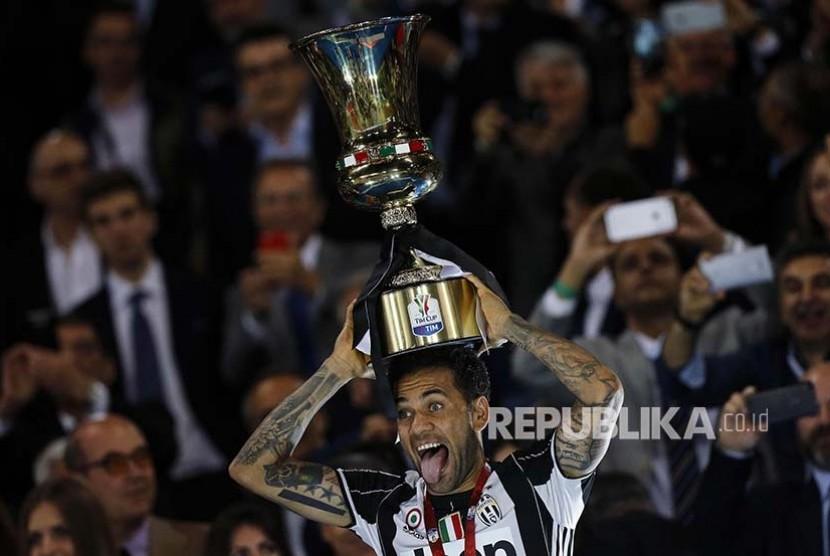 Ekspresi Dani Alves merayakan kemenangannya pada laga final Copa Italia
