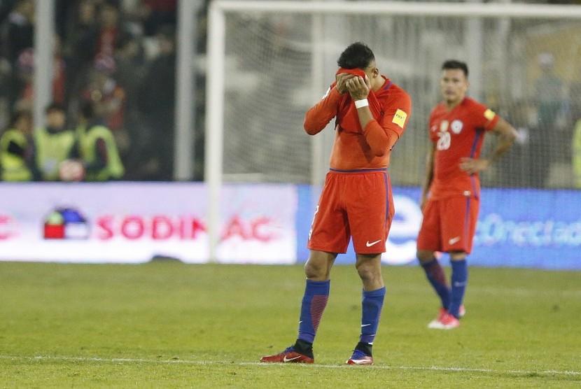 Ekspresi kekecewaan striker timnas Cile, Alexis Sanchez pada laga kualifikasi Piala Dunia 2018 lawan Paraguay, Kamis (31/8). Cile kalah 0-3 pada laga ini.