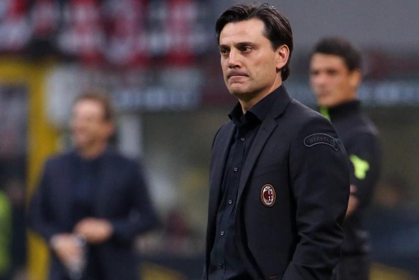 Ekspresi pelatih AC Milan Vincenzo Montella ketika timnya mengalami kekalahan 0-2 dari AS Roma di Stadion San Siro, Milan, Italia, Ahad (1/10).