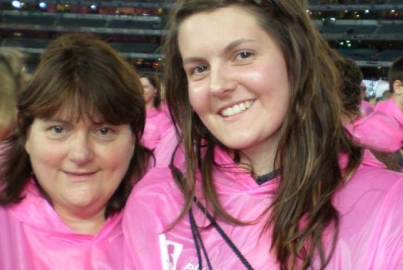 Elaine Babos (kanan) memutuskan untuk membuang kedua payudaranya di usia 28 tahun karena tubuhnya memiliki gen mutasi yang bisa menyebabkan kanker.
