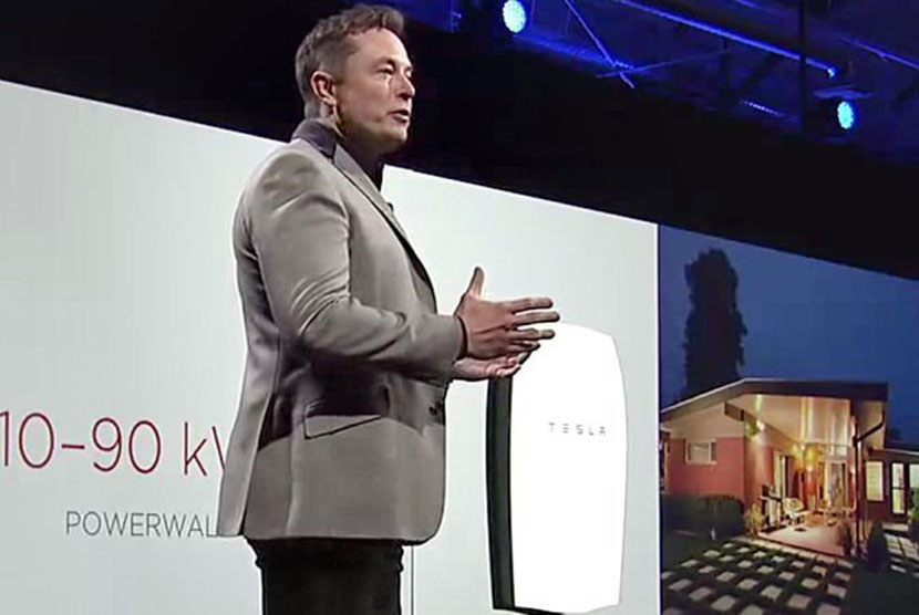 Elon Musk menerangkan soal 'Powerwall' di Studio Deasin Tesal di Hawthorne, California