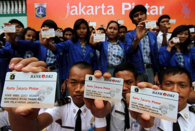 eluruh perwakilan siswa SMK dan SMA Jakarta Utara menunjukan Kartu Jakarta Pintar seusai peluncuran oleh Gubernur DKI Jakarta Joko Widodo di SMA Yappenda, Jakarta Utara, Sabtu (1/12).