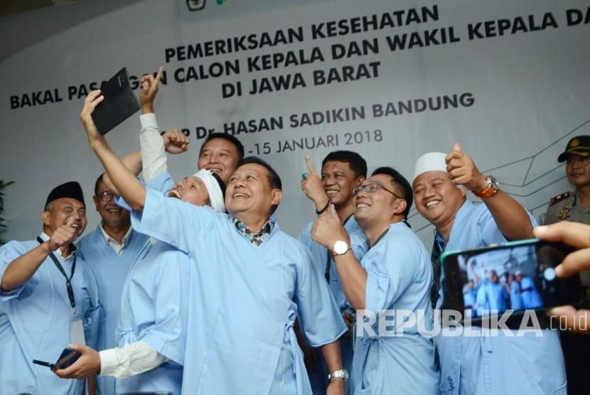 Empat pasangan Calon Gubernur dan Wakil Gubernur Jawa Barat berswafoto bersama usai melakukan pemeriksaan kesehatan di RS Hasan Sadikin, Kota Bandung, Kamis (11/1).