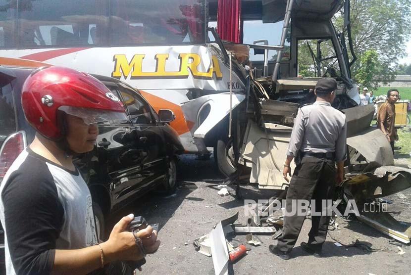 Enam kendaraan mengalami kecelakaan beruntun di Jalan Raya Ngawi-Solo KM 8-9 masuk Desa Soko Kawu, Kecamatan Kedunggalar, Kabupaten Ngawi. Kecelakaan yang terjadi pada Selasa siang (17/5) ini mengakibatkan sembilan orang luka-luka.