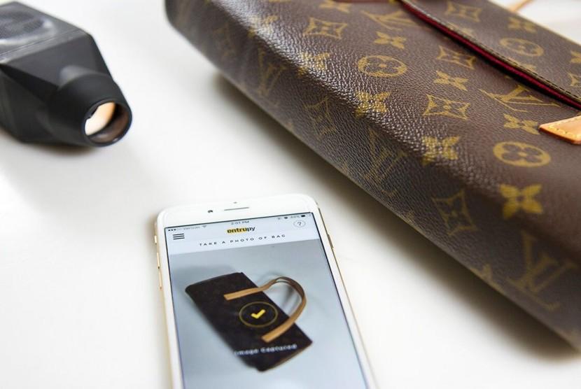 Entrupy, perusahaan rintisan berbasis New York, AS, menciptakan pemindai portabel yang bisa memeriksa keaslian desain sebuah tas.