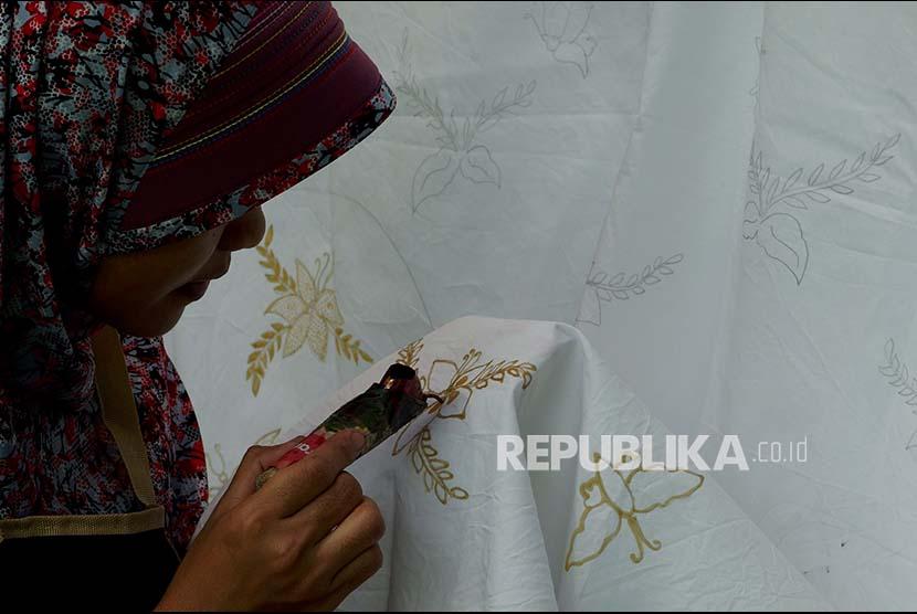 Membuat batik (ilustrasi)