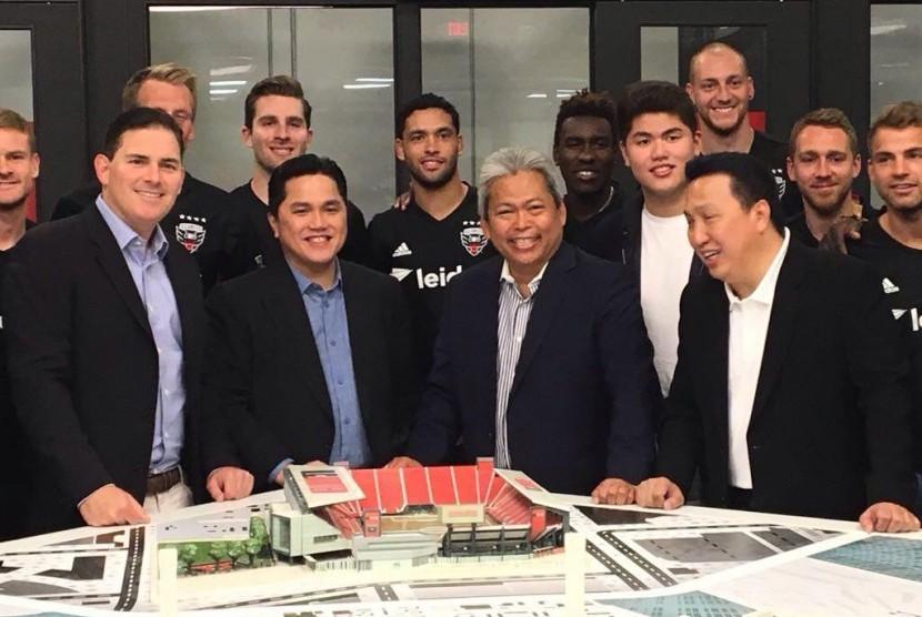 Erick Thohir (depan kedua kiri) selaku pemilik mayoritas klub sepakbola D.C. United membangun stadion sepakbola baru khusus untuk klub kebanggaan kota Washington, AS.