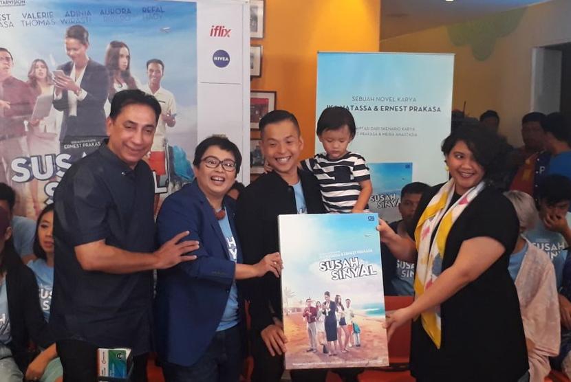 Ernest Prakasa dan Ika Natassa mengadaptasi film Susah Sinyal ke dalam sebuah novel, di Jakarta, Selasa (9/1).