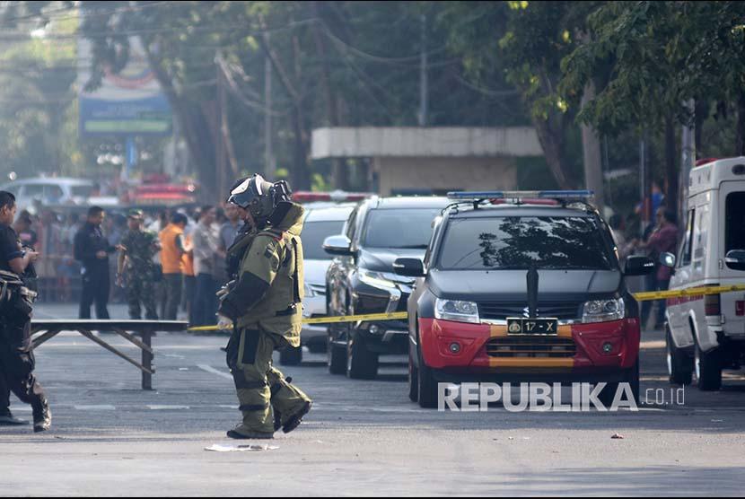 Personel penjikan bom (Jibom) bersiap melakukan identifikasi di lokasi ledakan Gereja Katolik Santa Maria Tak Bercela di Ngagel Madya, Surabaya, Jawa Timur, Minggu (13/5).
