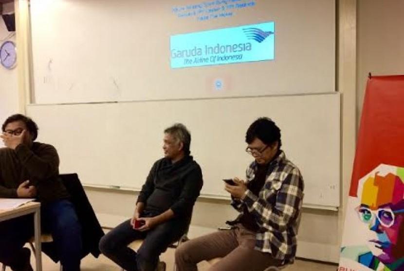 Erwin Arnada (tengah), Salman Aristo (kanan) saat menghadiri diskusi