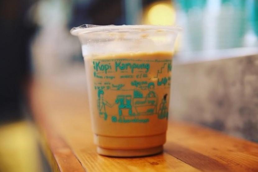 Es kopi kampung dari kedai Di Bawah Tangga, Mal Gandaria City, Jakarta.