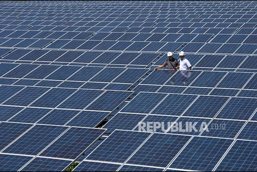 [Ilustrasi] Petugas PLN memeriksa kualitas pasokan listrik ketika berkunjung ke Pembangkit Listrik Tenaga Surya (PLTS) Kupang di Desa Oelpuah, Kabupaten Kupang, NTT, Kamis (20/7). PLTS Kupang berkapasitas 5 MWp tersebut merupakan pembangkit tenaga listrik terbesar di Indonesia yang beroperasi sejak 27 Desember 2015