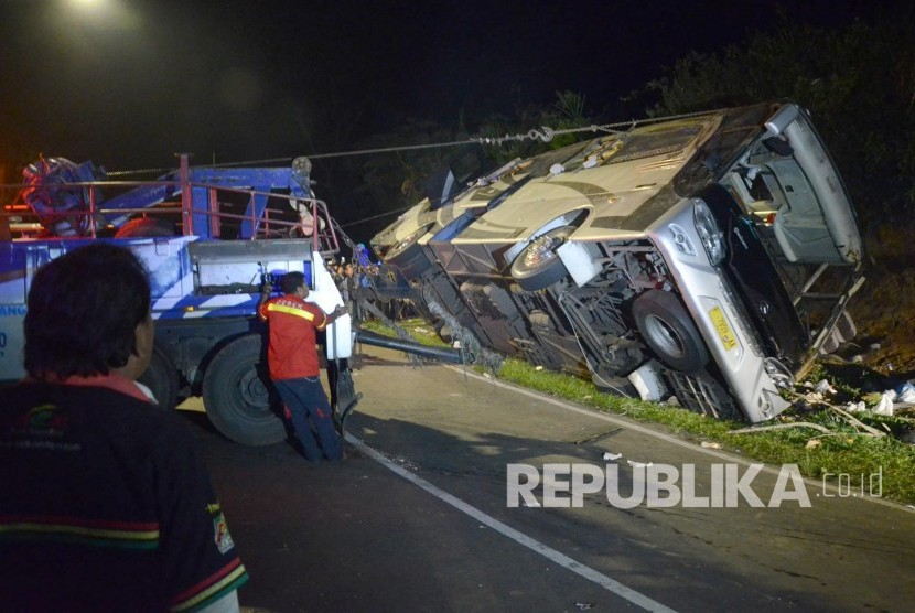 Evakuasi kecelakaan bus pariwisata di tanjakan Emen, Kecamatan Ciater, Kabupaten Subang, Sabtu (10/2).