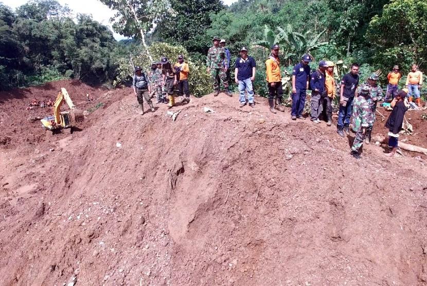 Evakuasi korban bencana tanah longsor di Ponorogo, Jawa Timur