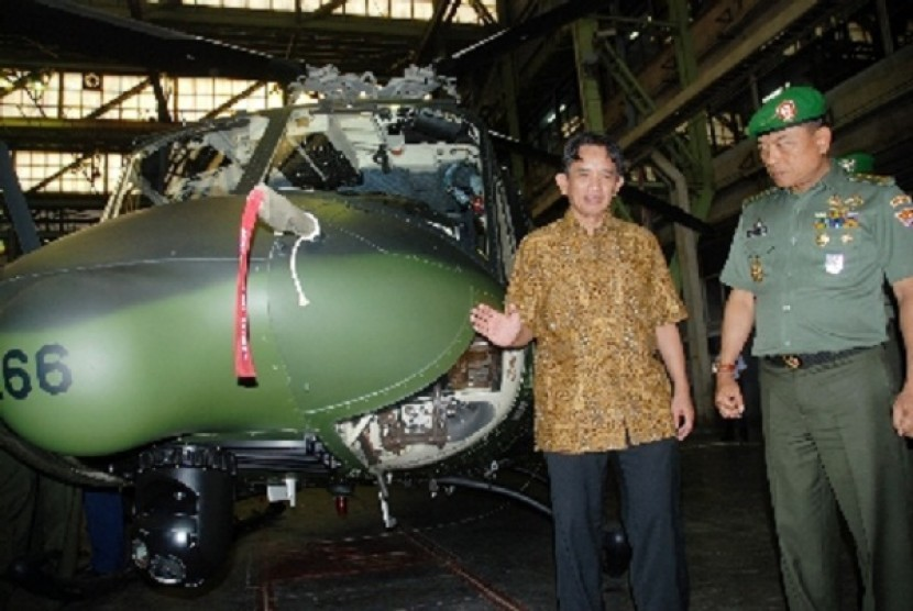 Executive Director of IAe, Budi Santoso (left) and Deputy Chief of Army Staff, Liutenant General Moealdoko, inspect choppers made by IAe in Bandung, West Java, on Friday.