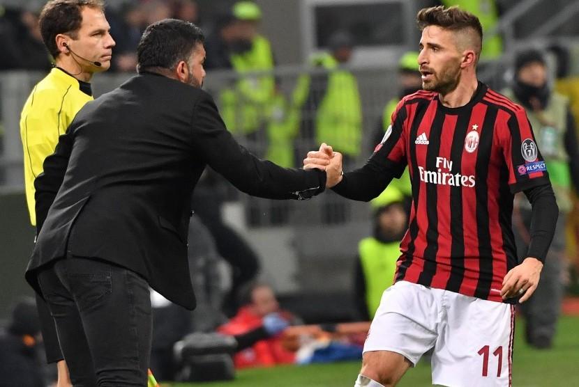 Fabio Borini (kanan) menghampiri pelatih Gennaro Gattuso usai mencetak gol yang membawa AC Milan unggul 1-0 atas Ludogorets di Stadion San Siro, Jumat (23/2) dini hari WIB.