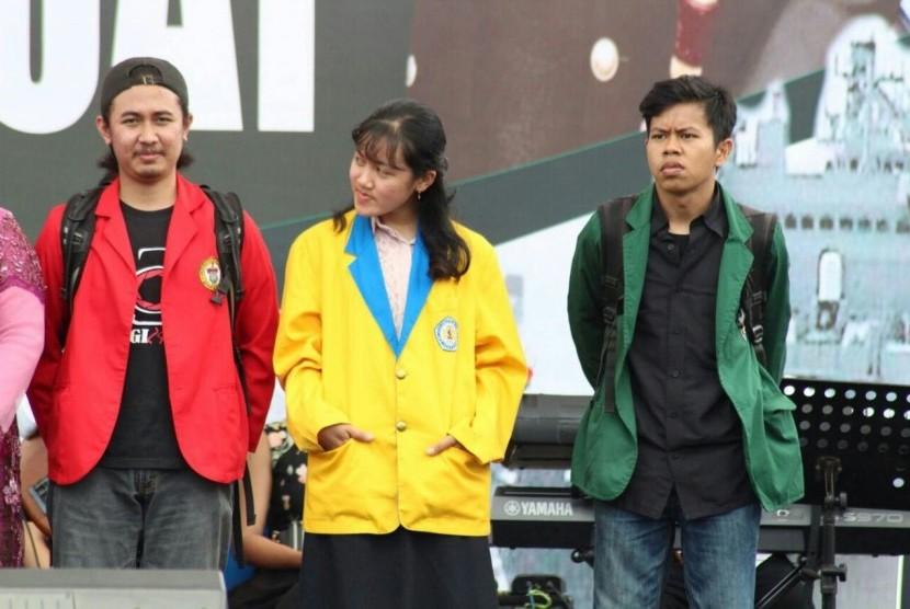 Fachrul Adyan (jas merah), mahasiswa Fakultas Pertanian Universitas Hasanuddin, berhasil menjuarai Lomba Foto HUT ke-72 TNI Tingkat Mahasiswa di Makassar, Sulawesi Selatan