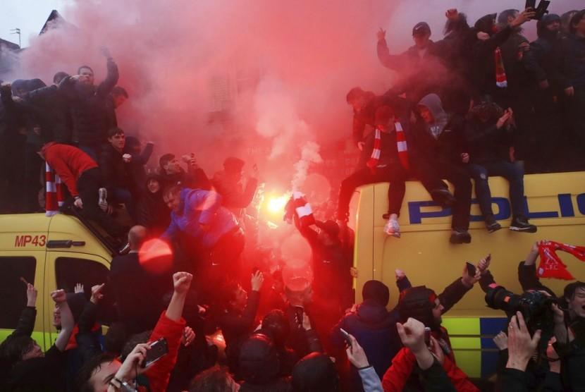 Fan klub menyalakan suar di atas mobil polisi menjelang pertandingan semifinal leg pertama Liga Champions antara Liverpool kontra AS Roma di Liverpool.