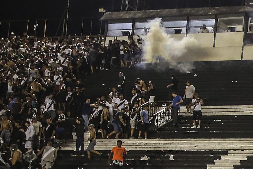 Fan Vasco da Gama bentrok dengan polisi saat pertandingan melawan Flamengo.