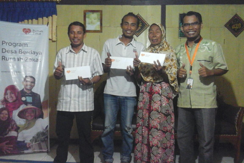 Fasilitator Rumah Zakat bersama keluarga kurang mampu di Sumbawa Besar.