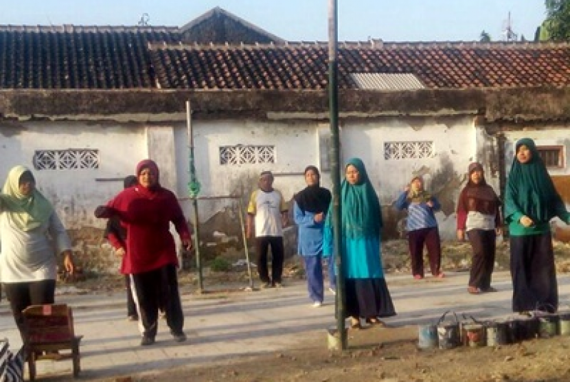 Fasilitator Rumah Zakat gelar senam sehat di Desa Berdaya Gilingan Kecamatan Banjarsari, Kota Surakarta.