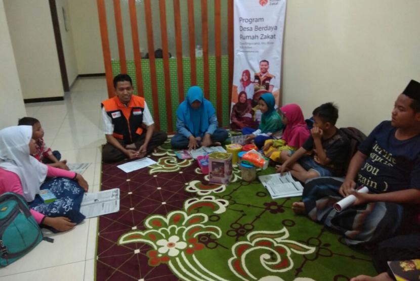 Fasilitator Rumah Zakat mengadakan bimbel cerdas mandiri bagi anak-anak tidak mampu.