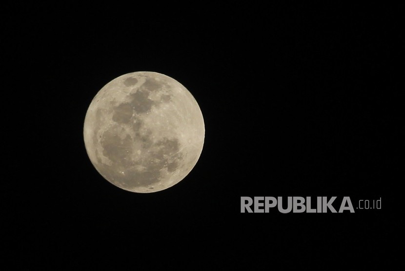 Fenomena alam 'supermoon' terlihat dari Indramayu, Jawa Barat, Ahad  (3/12).