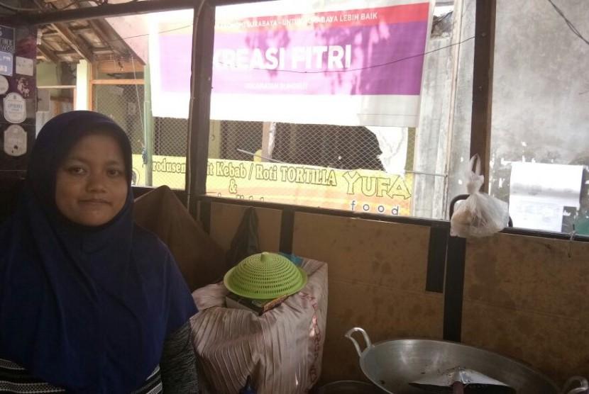 Fitri (20 tahun) di toko Kreasi Fitri di Kampung Kue, yang proses produksnya menggunakan gas bumi.