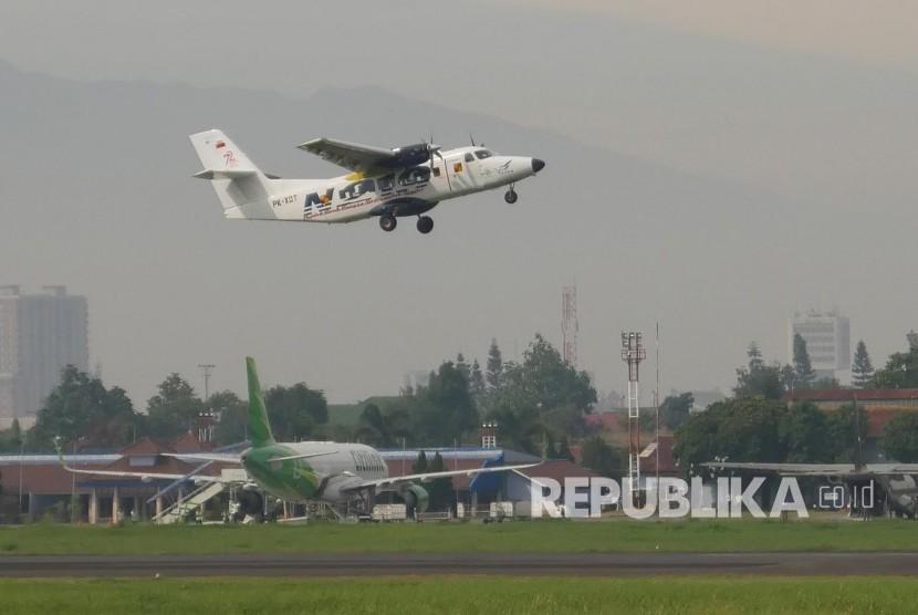 Flight Test pesawat N219 di landasan pacu Bandara Husain Sastranegara, Kota Bandung, Rabu (16/8).