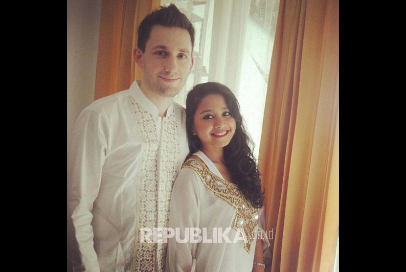 Florian Guillet dan istrinya, Putri Pratiwi