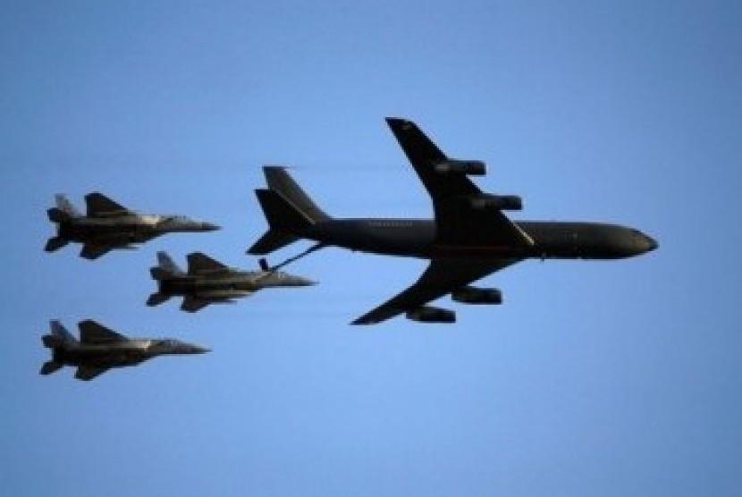 Formasi jet tempur Israel, F151, mengisi bahan bakar di udara