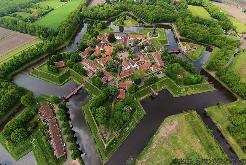 Fort Bourtange, benteng bebentuk bintang di Belanda.