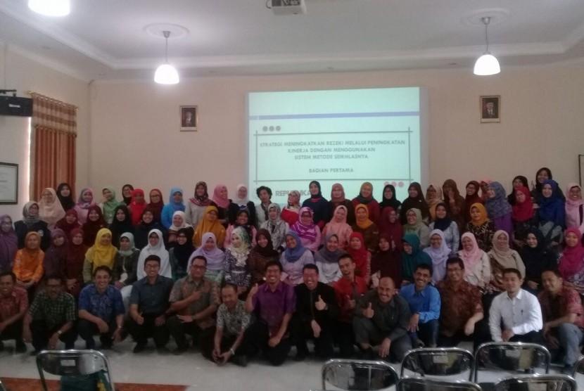 Forum Musyawarah Guru Mata Pelajaran (MGMP) Matematika SMK Kota Bandung. Acara ini dihadiri oleh 103 peserta dari kalangan guru se-Bandung.