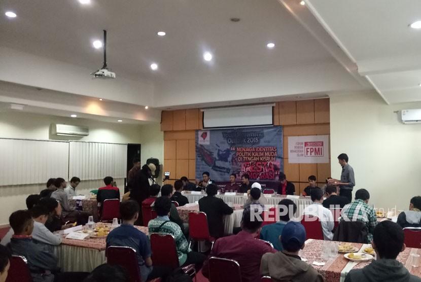 Forum Pemuda dan Mahasiswa Islam Jawa Barat menggelar pertemuan dalam agenda Youth Movement 2018 bersama para tokoh pemuda dan mahasiswa yang bertempat di Gedung Wakaf Pro 99 Bandung pada Sabtu (13/1) dengan tema Menjaga Identitas Politik Kaum Muda di Tengah Kisruh Politik Demokrasi.